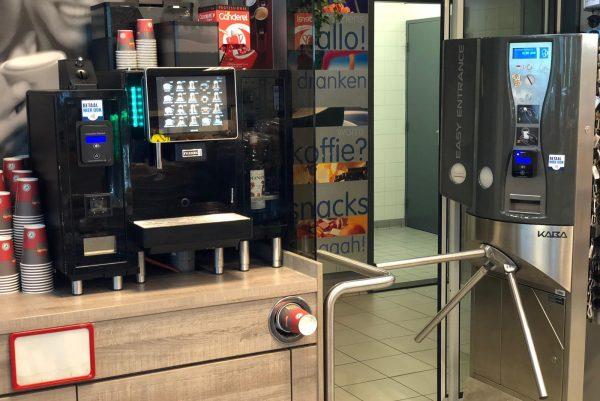 Koffieautomaat en toiletpoortje bij tankstation