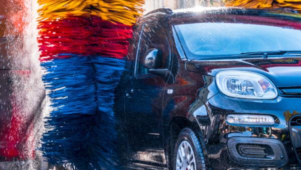 Auto wordt gewassen door wasborstels